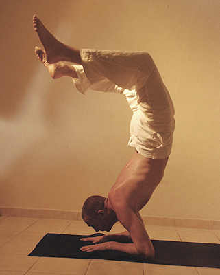06-michael-ducharme-power-yoga-asana-scorpion